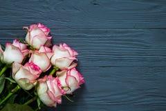 Букет розовых роз на деревянном столе военно-морского флота деревенском Стоковое Изображение