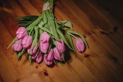 Букет розовых тюльпанов на красивой деревянной предпосылке перемотанной с шпагатом потока ремесла Стоковое Фото