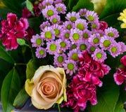Букет розы желтого цвета дня гвоздики и маргаритки стоковые изображения rf
