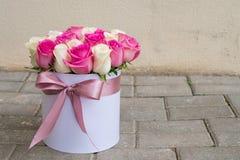 букет роз в дороге стоковая фотография rf