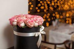 Букет роз в коробке на фоне запачканных светов Стоковые Изображения