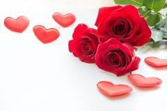 Букет роз и сердец на белизне Валентайн карточки s Стоковое Фото