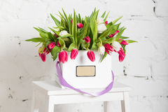 Букет роз и тюльпанов в подарочной коробке Стоковое Фото