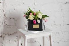 Букет роз и тюльпанов в подарочной коробке Стоковое Изображение