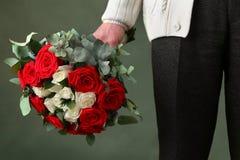 Букет роз и человека Стоковая Фотография