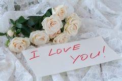 Букет роз на деревянной доске, предпосылке дня валентинок Стоковые Изображения