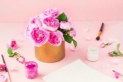 Букет роз розового чая в винтажных материалах бака и искусства - бумажных пустых, покрашенных карандашах, щетках, гуаши, пастельн Стоковое Изображение