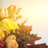 Букет роз, тюльпанов, одичалых виноградин и листьев осени Стоковые Фотографии RF