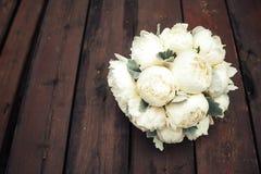 Букет свадьбы белых пионов на деревянной предпосылке венчание тесемки приглашения цветка элегантности детали украшения предпосылк Стоковые Изображения