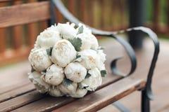 Букет свадьбы белых пионов на деревянной предпосылке венчание тесемки приглашения цветка элегантности детали украшения предпосылк Стоковые Фотографии RF