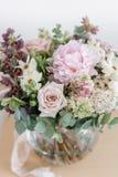 Букет свадьбы белых сирени, роз, пиона и лютика на деревянном столе Серии растительности, современное несимметричного Стоковая Фотография