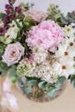Букет свадьбы белых сирени, роз, пиона и лютика на деревянном столе Серии растительности, современное несимметричного Стоковые Фото