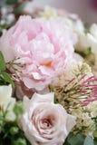 Букет свадьбы белых сирени, роз, пиона и лютика на деревянном столе Серии растительности, современное несимметричного Стоковые Фотографии RF