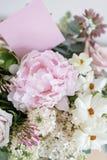 Букет свадьбы белых сирени, роз, пиона и лютика на деревянном столе Серии растительности, современное несимметричного Стоковое Фото