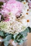 Букет свадьбы белых сирени, роз, пиона и лютика Серии растительности, современное несимметричное disheveled bridal Стоковые Фото