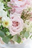 Букет свадьбы белых сирени, роз, пиона и лютика Серии растительности, современное несимметричное disheveled bridal Стоковые Фотографии RF