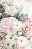 Букет свадьбы белых сирени, роз, пиона и лютика Серии растительности, современное несимметричное disheveled bridal Стоковое фото RF