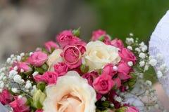 Букет свадьбы и обручальные кольца стоковое изображение rf