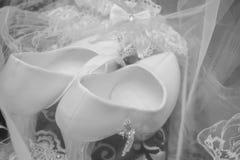 Букет свадьбы нежный белых и розовых роз и высоко-накрененных ботинок на зеленой траве в парке голубая подвязка цветка деталей шн стоковое фото rf