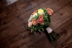 Букет свадьбы с желтыми и оранжевыми розами на деревянной предпосылке Конец-вверх Взгляд сверху стоковые фотографии rf