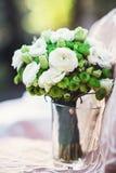 Букет свадьбы белых зеленых цветков Стоковая Фотография