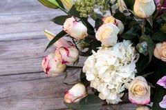 Букет свадьбы белых и розовых цветков Стоковые Изображения RF