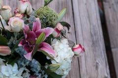 Букет свадьбы белых и розовых цветков Стоковое Изображение RF