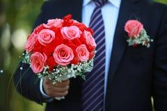Букет свадьбы в его руке Стоковое Фото