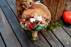 Букет свадьбы в деревенском стиле на деревянном поле Стоковое Фото
