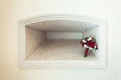 Букет свадьбы в каменной нише Стоковые Фото