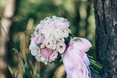 Букет свадьбы лежа на ветви дерева Стоковое Фото