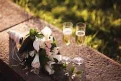 Букет свадьбы и 2 стекла с шампанским Стоковая Фотография