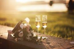 Букет свадьбы и 2 стекла с шампанским Стоковое фото RF