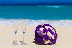 Букет свадьбы и 2 стекла шампанского на песке Голубой s Стоковое фото RF
