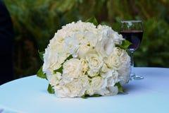 Букет свадьбы и стекло красного вина Стоковые Изображения