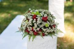 Букет свадьбы красных роз цветет на античной таблице шлихты Стоковые Изображения RF