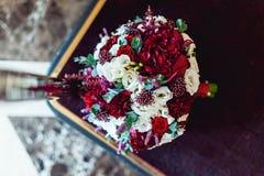 Букет свадьбы на бургундском backgrond Стоковая Фотография