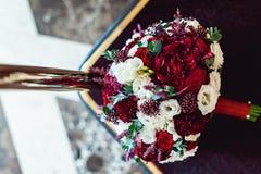 Букет свадьбы на бургундском backgrond Стоковая Фотография RF