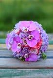 Букет свадьбы на деревянном банке Стоковое Изображение RF