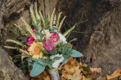 Букет свадьбы на желтых листьях Стоковые Изображения RF
