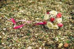 букет свадьбы на скалистом пляже стоковые изображения rf