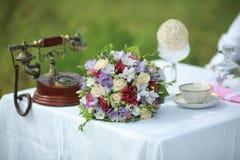 Букет свадьбы на таблице Стоковое Изображение