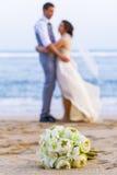 Букет свадьбы положенный на пляж Стоковая Фотография