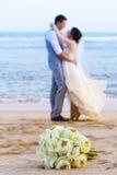 Букет свадьбы положенный на пляж. Стоковая Фотография RF