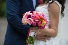Букет свадьбы свеже крупного плана срезанных цветков с невестой и gr Стоковая Фотография RF