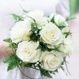 Букет свадьбы с белыми розами в оружиях Стоковые Изображения