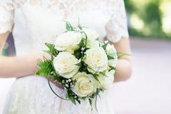 Букет свадьбы с белыми розами в оружиях Стоковое Изображение