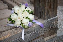 Букет свадьбы с белыми розами на деревянной предпосылке Стоковое фото RF