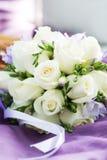 Букет свадьбы с белыми розами на фиолетовой предпосылке Стоковое Фото