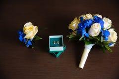 Букет свадьбы, boutonniere, кольца золота Стоковые Изображения